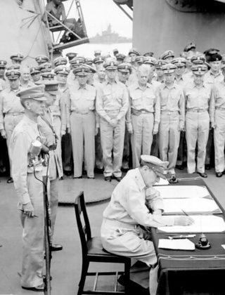 DouglasMacArthur ondertekent overgave Japan