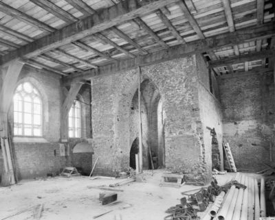 Ingang kerk tijdens restauratie 1965