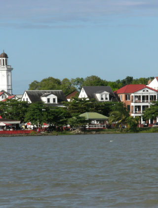 waterkant vanaf de Suriname rivier